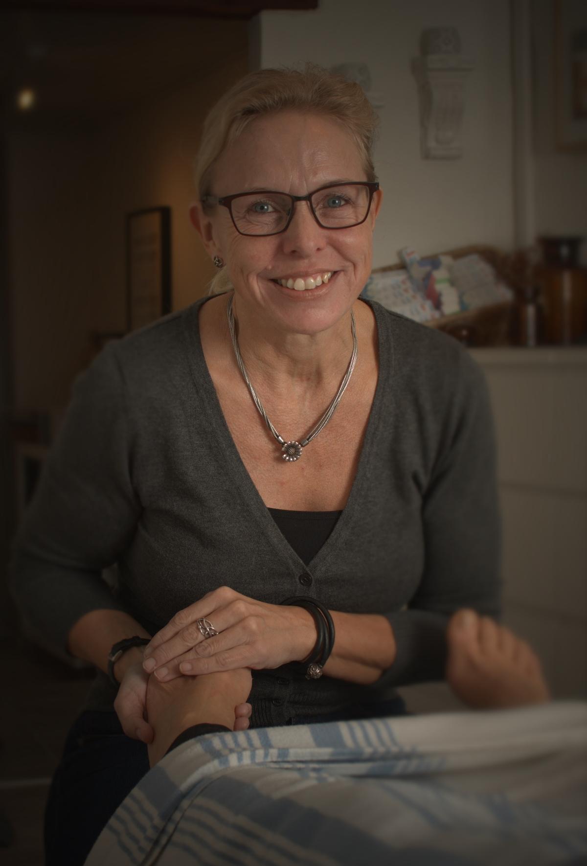 Marianne giver zoneterapi i klinikken